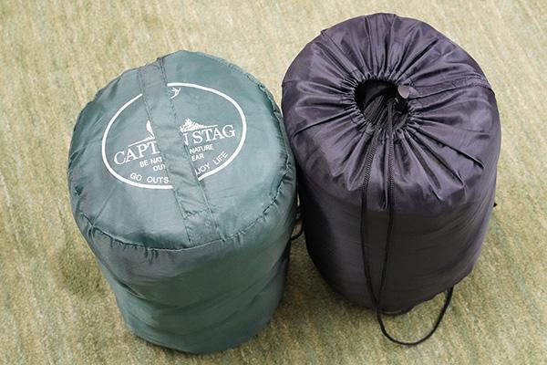 画像: CAPTIAN STAG(写真:左)とダイソー(写真:右)のシュラフ。CAPTIAN STAGの「プレーリー 封筒型シュラフ」のほうが、やや高級感があります。