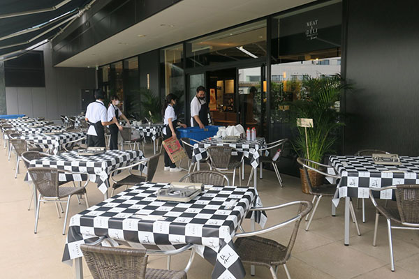 画像: テラス席は今や土日祝日となると食事を楽しむ顧客で満席となる。