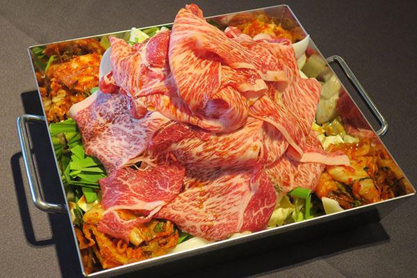 画像: テラス席の看板商品「霜降りレッドクリフ」2980円はご飯がついて食べ放題となっている。