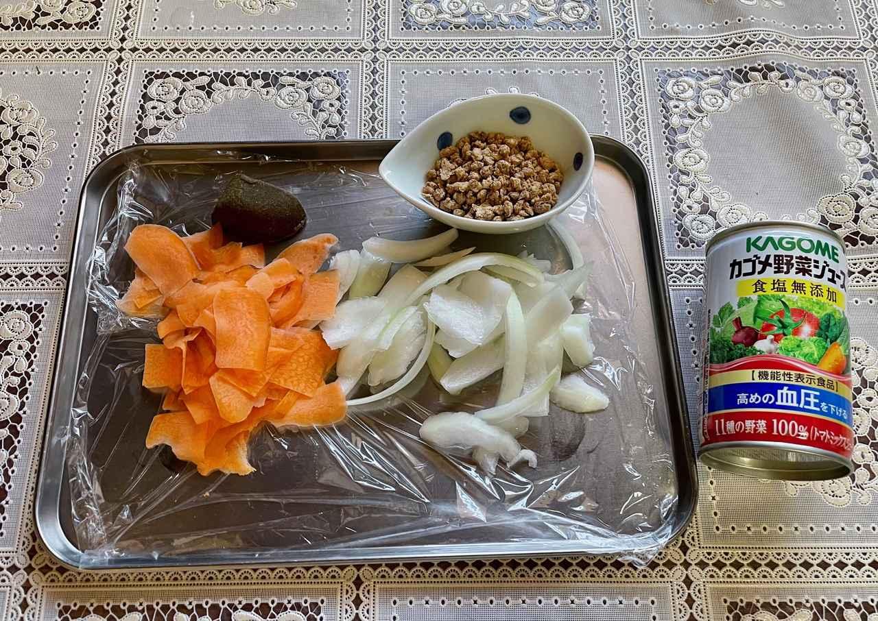 画像: 野菜は包丁を使えない環境を想定し、キッチンバサミとピーラーを使って切りました。