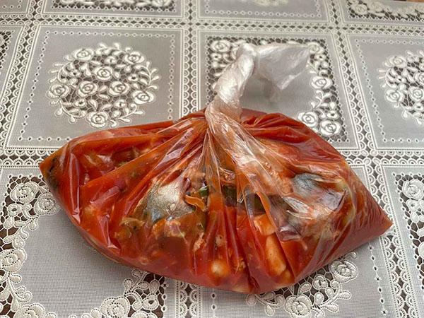 画像: ポリ袋でパックしたら、優しく揺すって調味液を混ぜます。