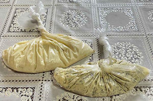 画像: 左がバナナミルクの生地、右がアップルティー風味の生地。
