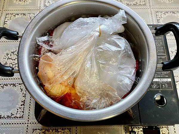 画像: 鍋の外にポリ袋がはみ出ないようにしてください。