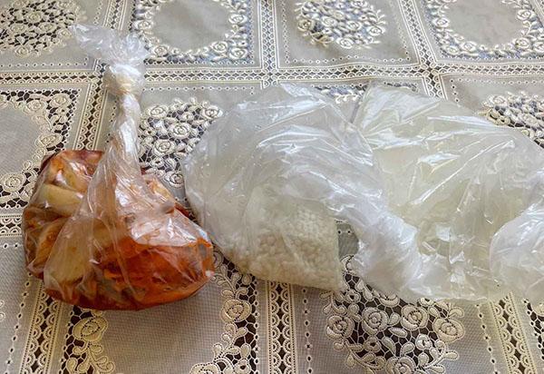 画像: 左のカレーのポリ袋がねじり加減の目安(右側のお米はねじりが甘く湯せんしたら膨らみました...汗)