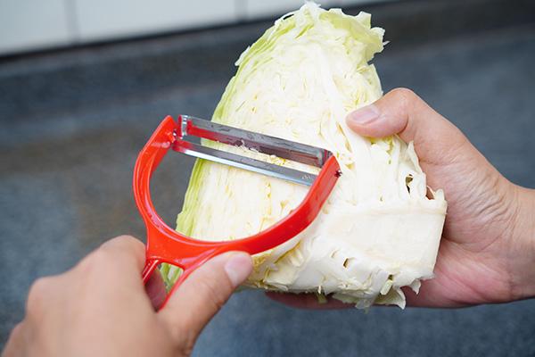 画像: キャベツの断面にしっかりと刃が当たります。