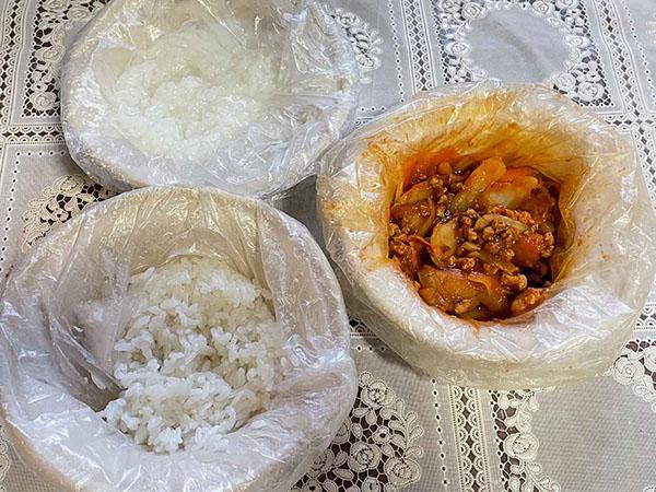 画像: 開封後のポリ袋で食器を覆うようにすると、洗い物が減ります。