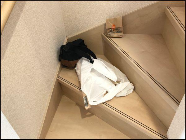画像: 我が家は階段に物を置いてしまいがちです