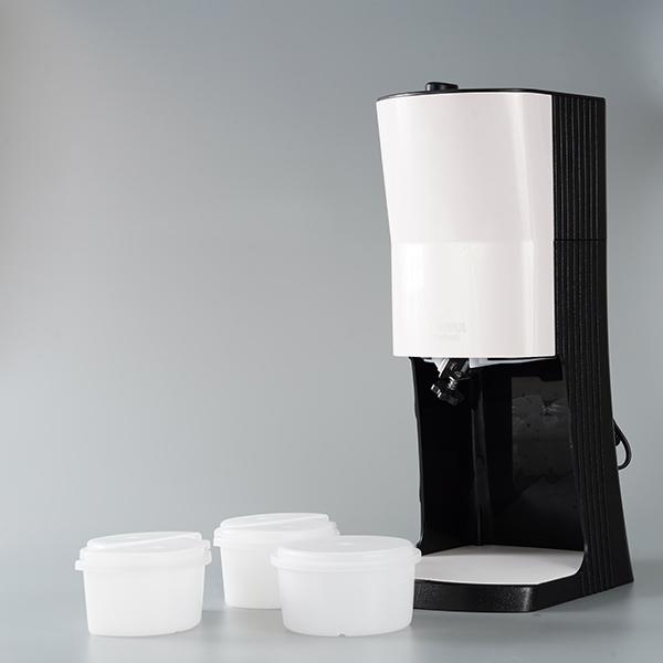 画像: 本体のほかにフタ付きの製氷カップMサイズが1つ、ハーフサイズが4つ付属。ハーフサイズを2つ使うと2色のかき氷が同時に楽しめる「マーブルかき氷」も作れます。