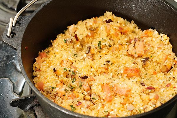 画像: 生米をちょっと炒めると「本格ピラフ」っぽい気持ちになれて、個人的には好きです。