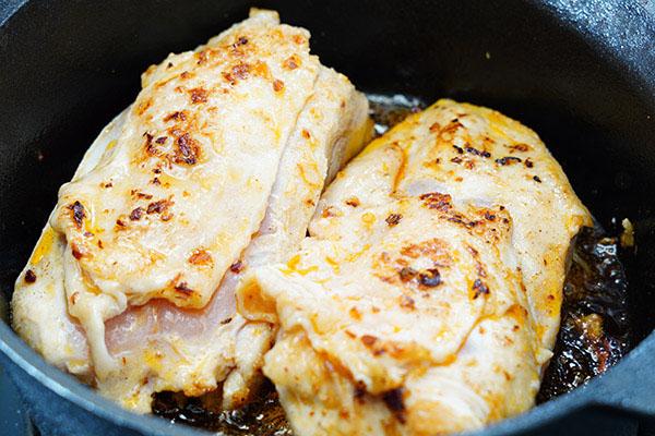 画像: 最初に鶏胸肉の表面を焼いてからオーブンで焼き上げるので失敗も少なく、いっしょに焼いた野菜もとてもおいしくなります。