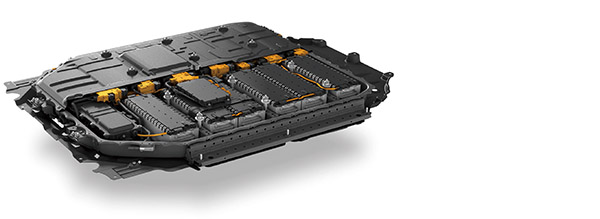 画像: 上の写真はホンダ・Honda eに搭載のリチウムイオンバッテリー。容量を抑えることで価格とのバランスを図っている。