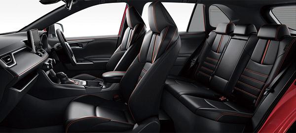 画像: レッドステッチがあしらわれたインテリア。ベンチレートシートやシートヒーターを標準装備するなど、サルーンカー並みの豪華装備となっている。