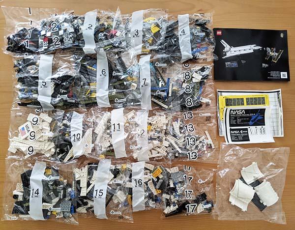 画像: 19袋、2354ピースのブロックたち。説明書が小さく見える。
