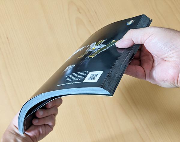 画像: 320ページにも及ぶ説明書。
