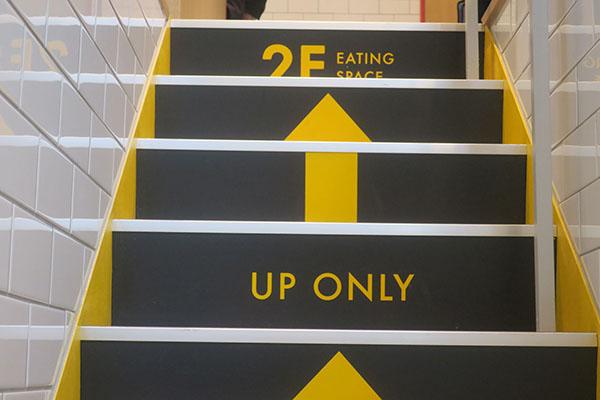 画像: 2階へつながる階段はワンウェイとなっている。帰りは外階段を使用。