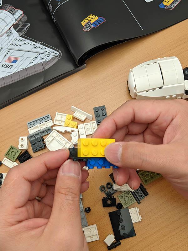 画像: ピースの組み込みは、えも言われぬ感触で感動すら覚える。これはレゴならではかもしれない。