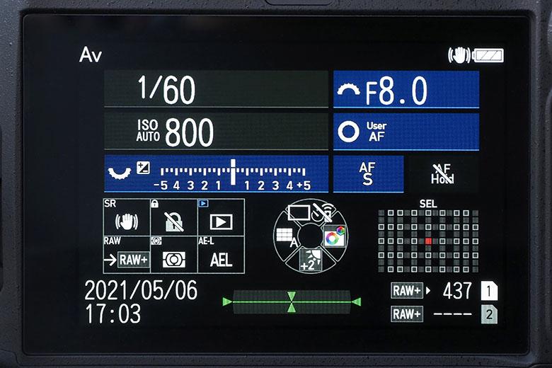画像: 各種の設定や撮影情報が確認できる、3.2型・約162万ドット 画像モニター。晴天の屋外撮影では明るく、夜景撮影では暗くするなど、モニター設定が簡単に変更できる「アウトドアモニター」機能を搭載。