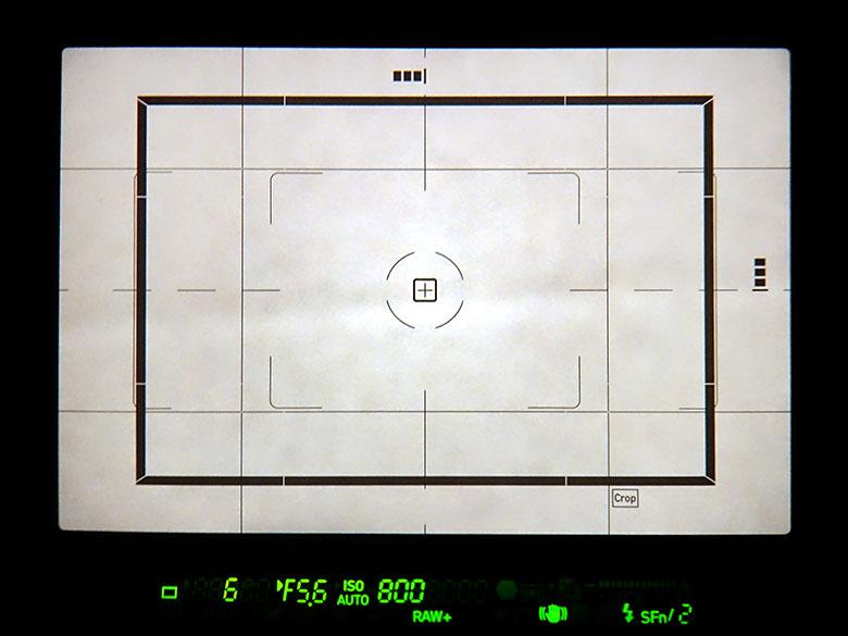 画像: 1.3倍クロップ機能を設定すると、光学ファインダーの画面内に、クロップでの記録(写る)範囲を示す太い黒枠が表示される(枠の右下には「Crop」という表示も)。個人的には、黒枠の線が太すぎる気もするが、そのぶん視認性は高い。
