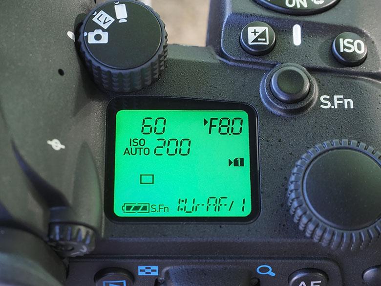 画像: 主要な露出情報などは、上面に設置された大型の表示パネルで視認できる。