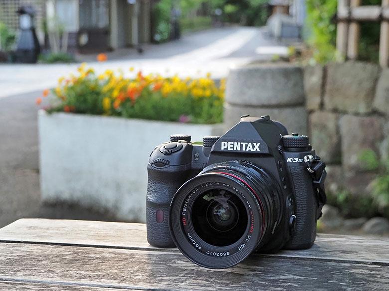 画像: K-3 Mark IIIに質感の高い交換レンズ(ここでは標準ズームレンズのHD PENTAX-DA 20-40mm F2.8-4 ED Limited DC WR)を装着して、ちょっとリッチな気分で写真散策…。この組み合わせ、ちょっとカッコ好過ぎ!!