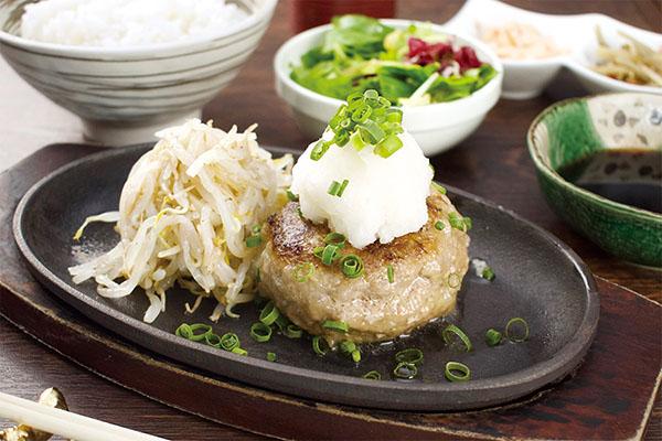 画像: 「飲めるハンバーグ御膳(和風おろしポン酢/200ℊ)」1400円(「肉の匠」でのランチメニューの価格)。通信販売での売上が伸びている。