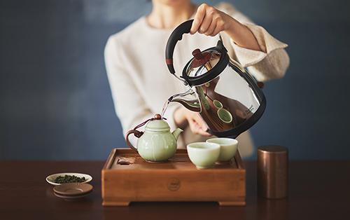 画像: ケトル藤 カフェケトルの長い注ぎ口とはことなり、本体上部に設置された注ぎ口が特徴。 russellhobbs.jp