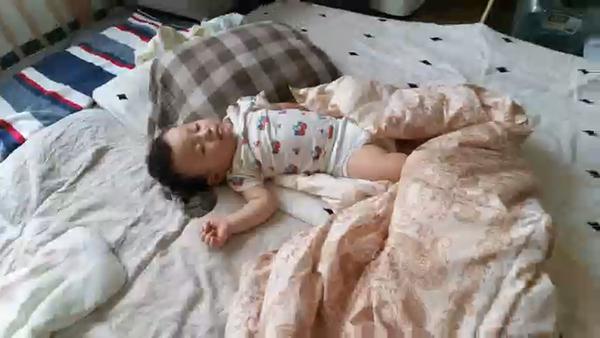 画像: 14mmという広い画角を活かして、寝ている息子の全体像から、徐々に近寄って顔のアップまでを撮影しました。何年か後に、息子といっしょに見るのを楽しみにしています。