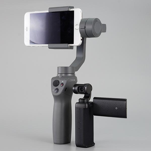 画像: スマホ用ジンバル「DJI OSMO MOBILE 2」(左)。ジンバルとカメラが一体となった「MOZA MOIN Camera」(右)と比べると、かなり大きいのがわかるでしょう。