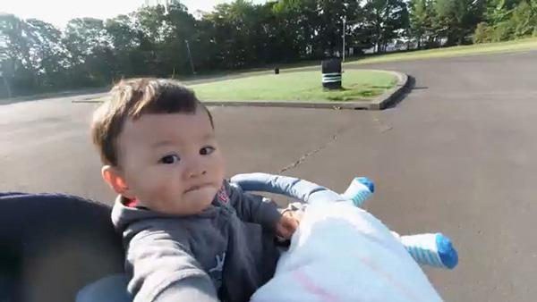 画像: 息子をベビーカーに乗せてジョギングをしながら撮影した動画から切り出した1枚。ブレも大きく軽減されますし、14mm相当という広い画角で背景の風景もいっしょに写し込むことができました。