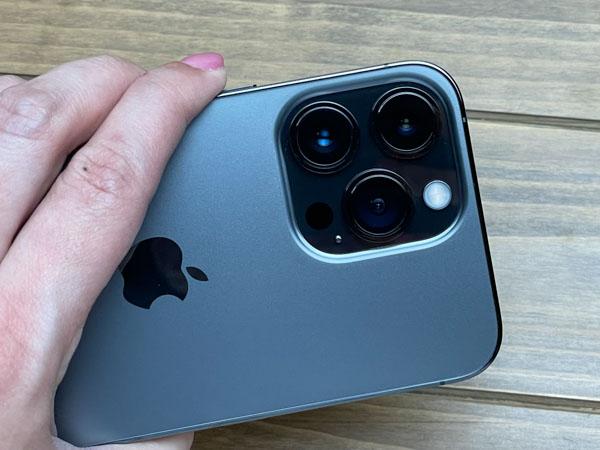 画像1: 背面のカメラはかなり大型化している。
