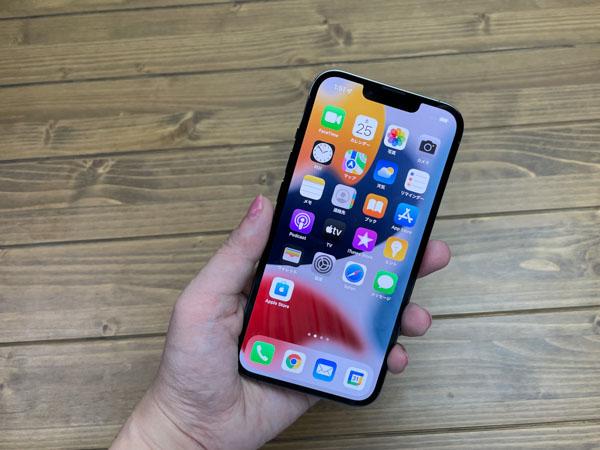 画像: iPhone 13 Pro。全体のサイズや形は昨年のiPhone 12 Proとほぼ同じ。