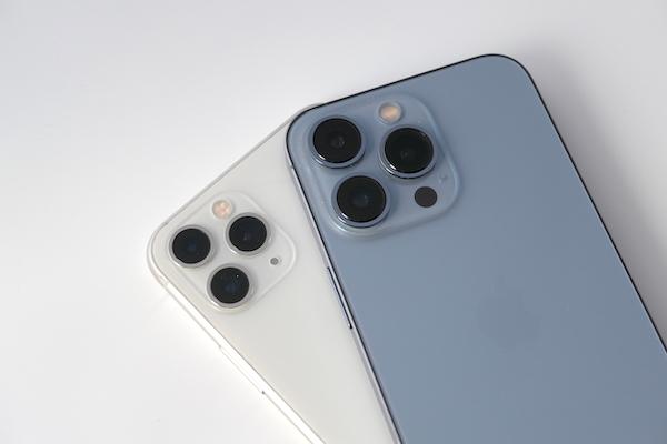 画像: iPhone 13 Pro(右)は、iPhone史上最強のカメラがアドバンテージ。筆者はこれまで2年前に購入したiPhone 11 Pro(左)を使っていたが、レンズが大きくなっており、進化は一目瞭然だ