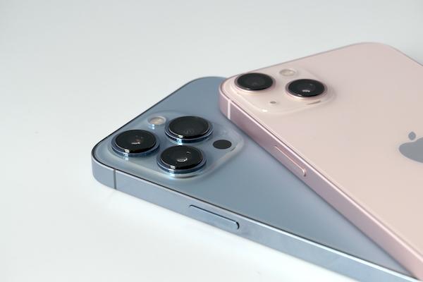 画像: 上がiPhone 13で、下がiPhone 13 Pro。サイドフレームや背面パネルの質感が異なる