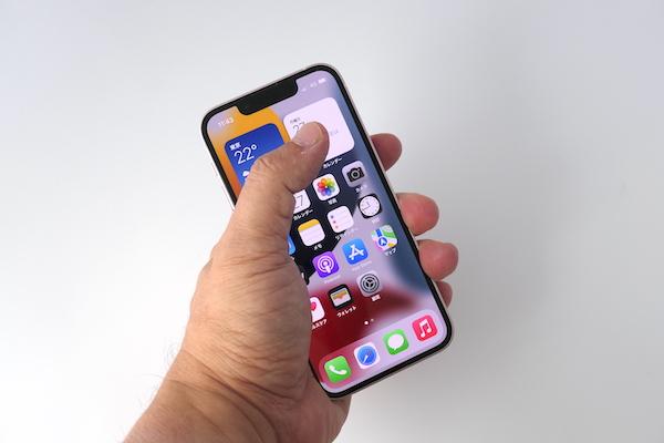 画像: iPhone 13 miniは片手で持っても、画面の隅々にまで指先が届く