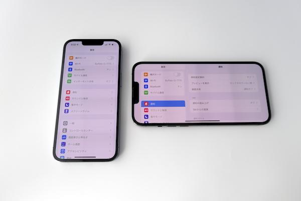 画像: 左がiPhone 13 Proで、右がiPhone 13 Pro Max。Pro Maxはこのように横向きにして、タブレットのように両手で操作することも可能