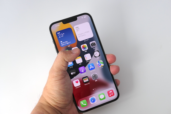 画像: iPhone 13 Pro Maxは、片手での操作は難しい