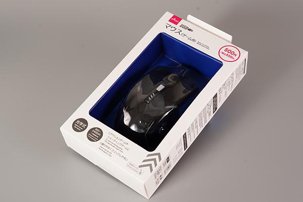 画像: 写真のような状態で箱に入ってダイソーで販売されていた「マウス(ゲーム用)」。大胆なデザインと価格が印象的です。