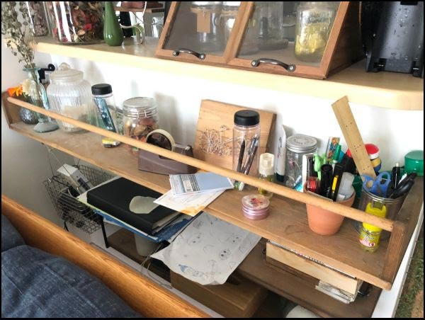画像: キッチンカウンターの下に棚を設置しています