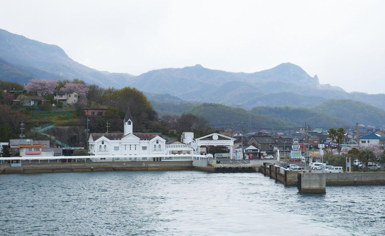 画像: 瀬戸内海から眺めた小豆島。向こうに見える寒霞渓が、海から吹く暖かな風を受け止める。ふもとにヤマロク醤油が