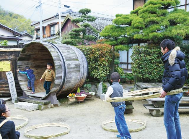 画像: 子どもたちは、タガで電車ごっこをしたり、古い木桶に入ったり。年配の人は「昔は桶屋がどこの町にもあったわね」と懐かしがる