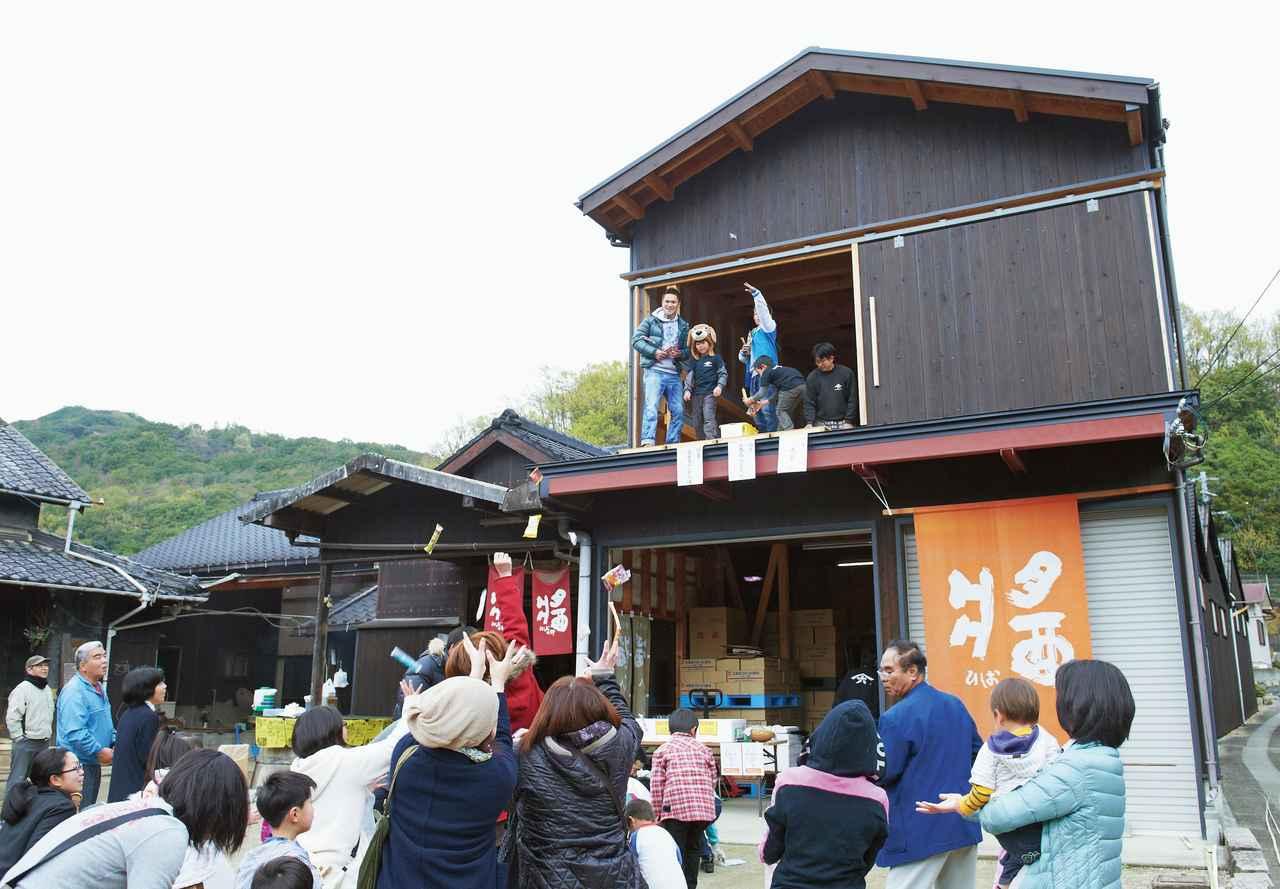 画像: 毎年4月の「ヤマロク祭り」。醤油の無料配布やお菓子まきなどが行われ、近所の人たちが楽しみに集まってくる