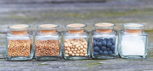 画像: 産地にこだわった原料 使っているのは北海道産や地元・讃岐の小麦、北陸の丸大豆、丹波の黒豆、井戸水、天日塩
