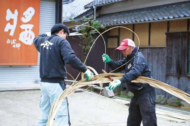 画像: 19mの竹をタガに編む。一緒に桶修業をした大工の坂口直人さんは、中学時代からの気心知れた友人