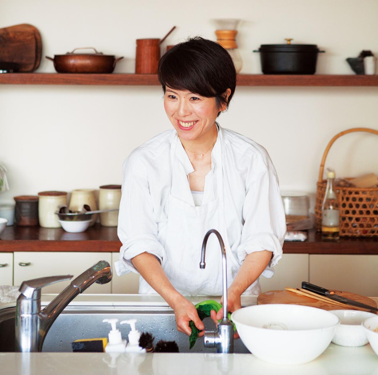 画像: 料理をつくりながら後片づけも同時進行でこなす、手際のよさ。平日の夕飯の支度は、40分程度。その分、朝食をつくるときに、夜の下ごしらえをして調理の貯金をこまめに