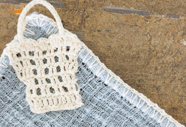 画像: クロスは、エジングしてからモチーフを縫い付けて。くさり編みとこま編みだけで手軽に施せる