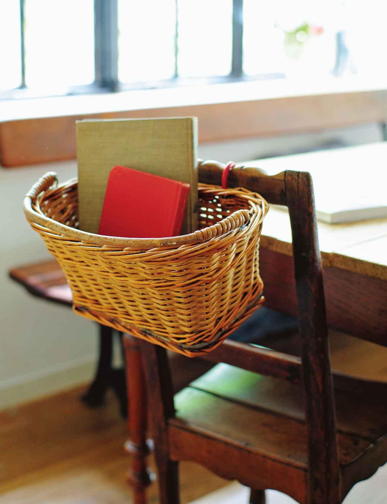 画像: 小さめサイズは椅子の背もたれに これも自転車用。フック付きなので、使う場所のすぐ近くにしまい場所をつくることができる。椅子の背もたれにかけて読みかけの本を