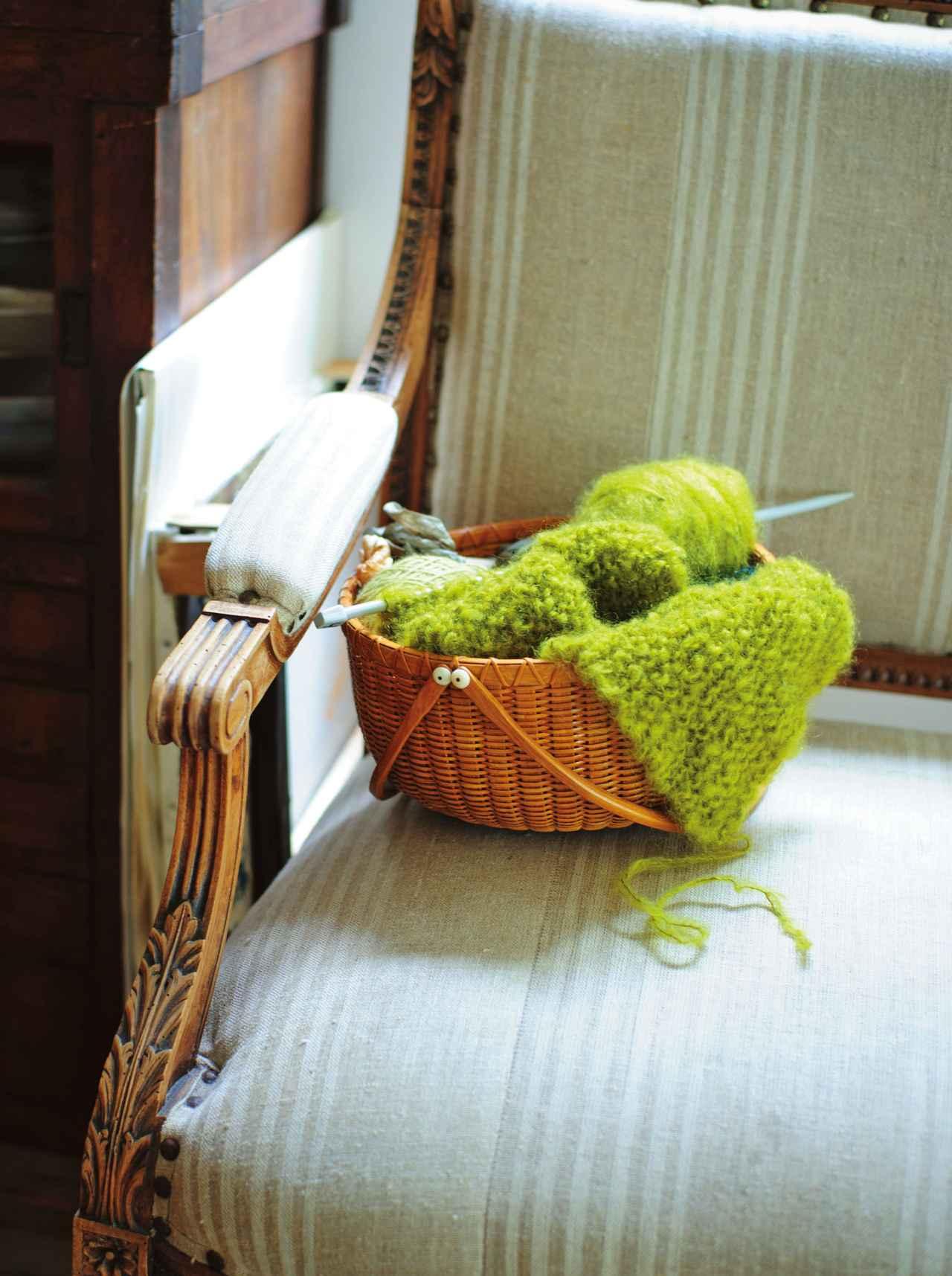 画像: 部屋で手を動かす時間に こちらもナンタケットバスケット。編みかけのストールや毛糸を入れている。持ち手付きなので、好きな場所に運んですぐに作業を始められる