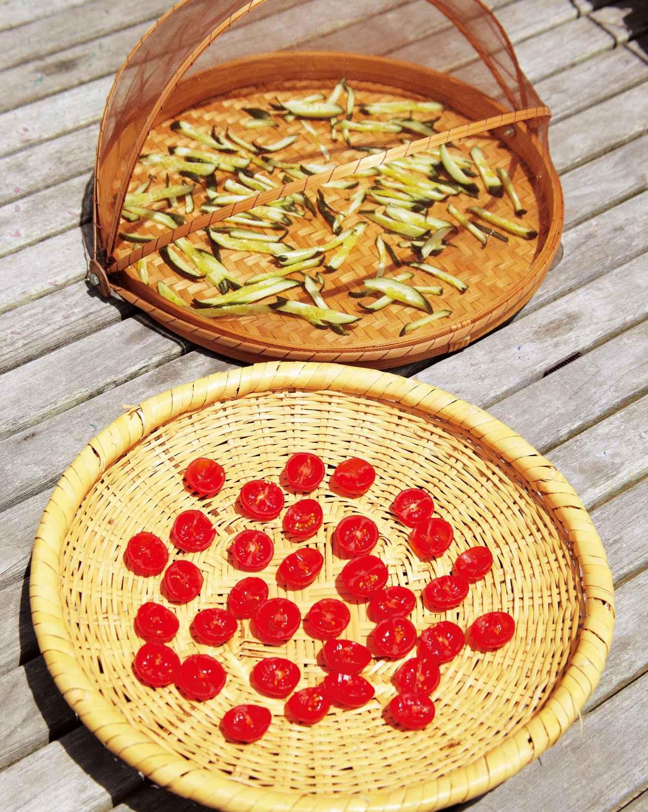 画像: 干し野菜に欠かせない盆ざる。ふた付きのざるは、風の強いときに便利