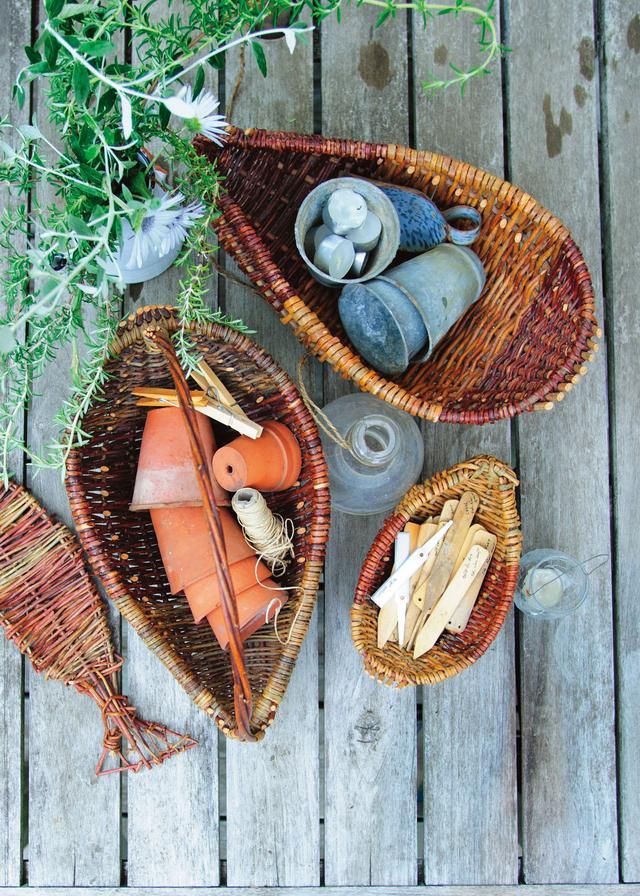 画像: アーモンド形がお気に入り。アイルランドのかご 自給自足の生活を営む一家が自分たちで育てた柳で編んだかご。ガーデニンググッズをまとめるのに利用。ゴロンと入れておくだけでさまになる