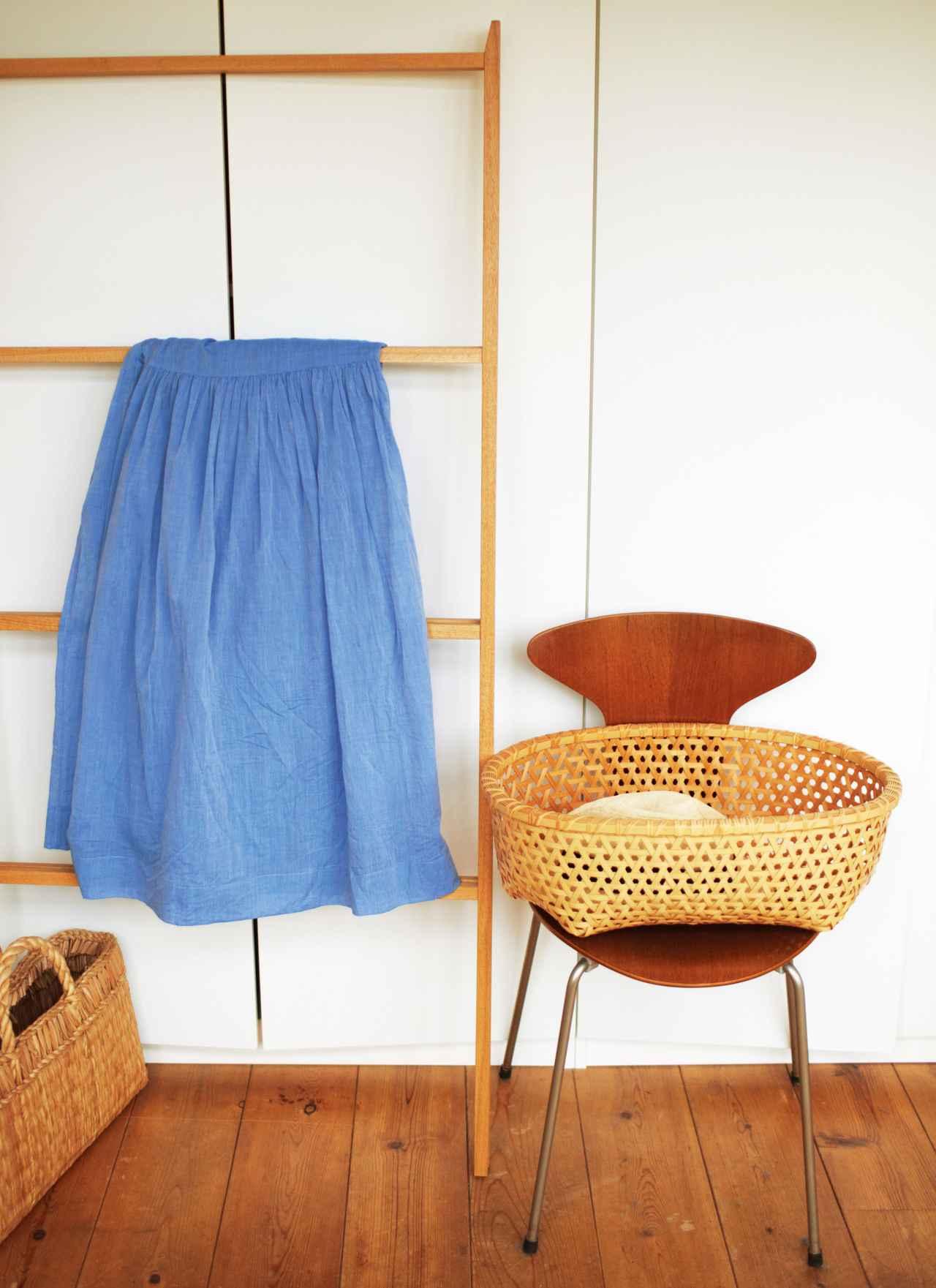 画像: 身支度コーナーで脱いだ洋服入れに 洋服などを一時的に入れておくかごは、何が入っているか一目瞭然なように、浅めのものをチョイス。椅子の上に載せてすぐ手が届く位置に